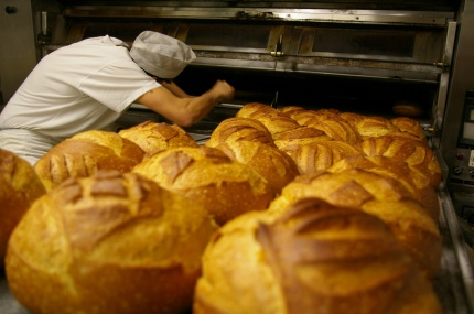 Los panaderos dejan el alma en cada pieza de pan